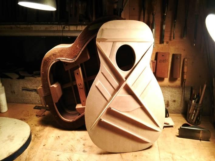 ギター制作やヨットのセールでカバン制作、アクセサリー制作などなど、多様な才能が集まっています。