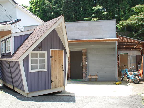 古い工場をリノベーション!前面にはかわいい小屋!ここもれっきとしたブースです。