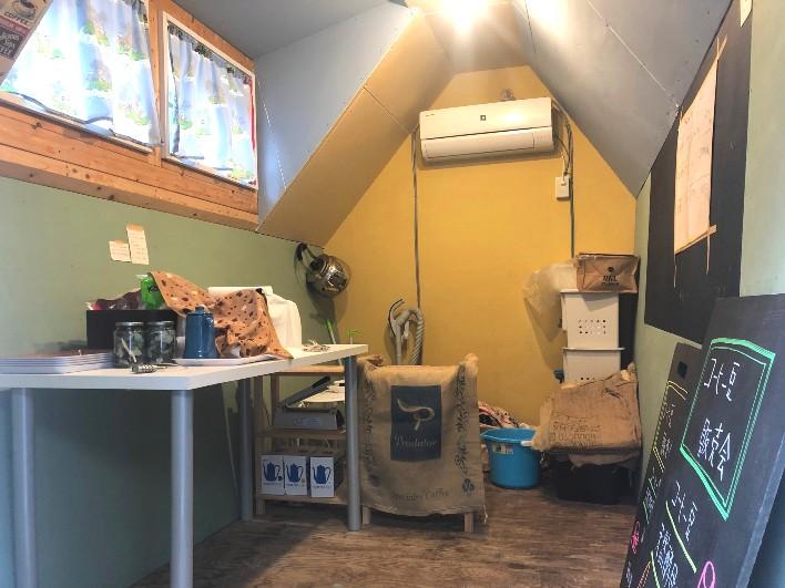 前面紫色の小屋の中はこんな感じ。住居としては利用できませんが、創作に没頭するには良い環境。