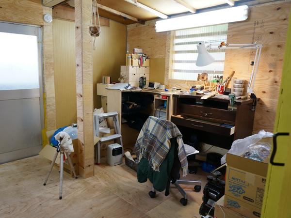 各ブース、個性イロイロ。ここは彫金作家さんとガラス作家さんのアトリエ。