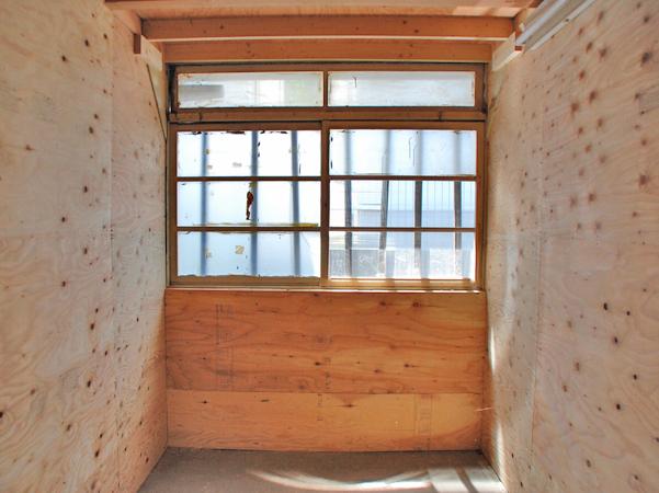 壁は下地状態なので、棚を設置したりペイントしたり自由に!
