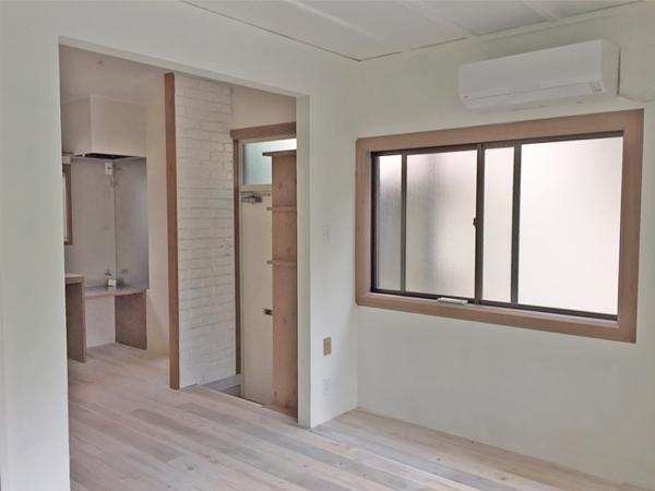 白い床、白い塗り壁、モカベージュの建具、ぐっとくる配色