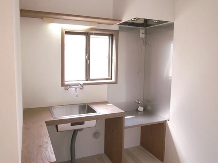 キッチンはモダンに、ステンレスシンクと木の天板のコントラストがカッコイイ