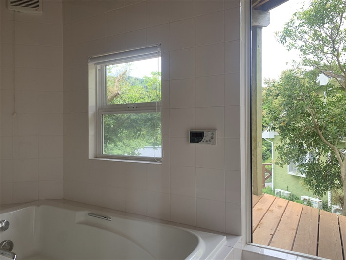バスルームと、つながっていて直接外に出られるデッキ。
