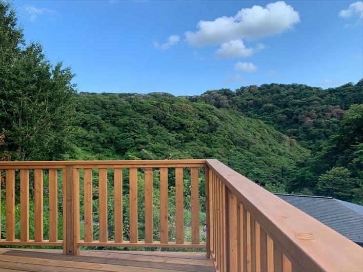 木貼の外観。経年変化がナイス!緑と青空に映える。らせん階段と煙突もかわいい。