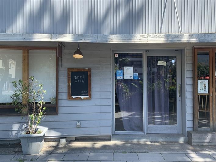 開店前は「コバカバ」で朝食でも。