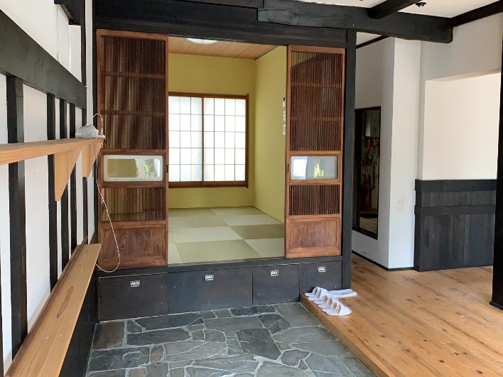 入り口の石畳、奥の座敷も渋くていい雰囲気でしょ?