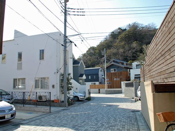 周辺のお家と前面道路。