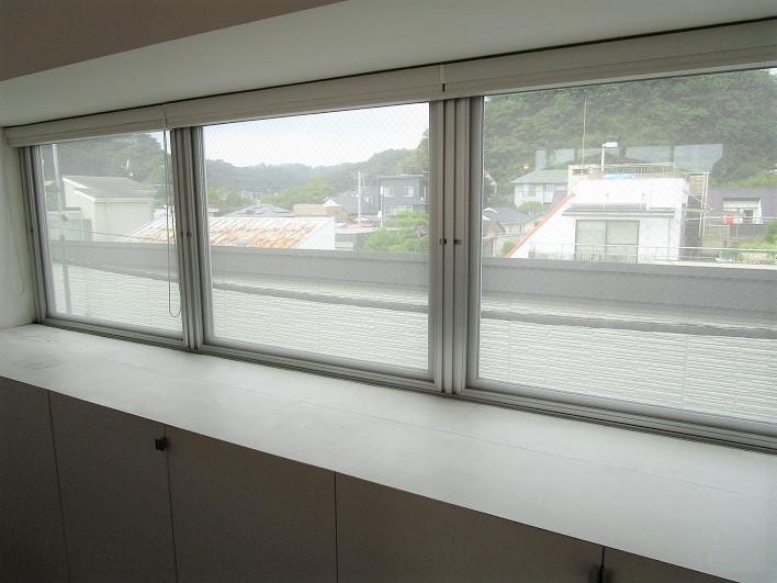 北側の窓は1階~3階まですべて外倒し窓になっていて、風通しを良くする工夫がなされています