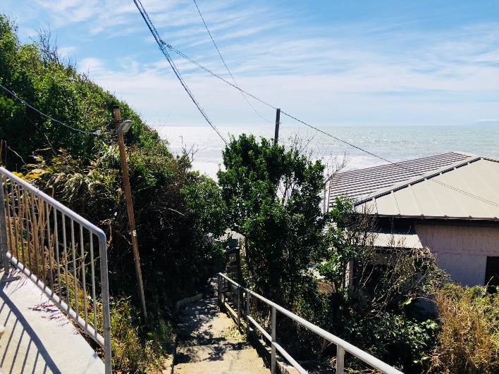 高台のアパートと駅を結ぶ階段