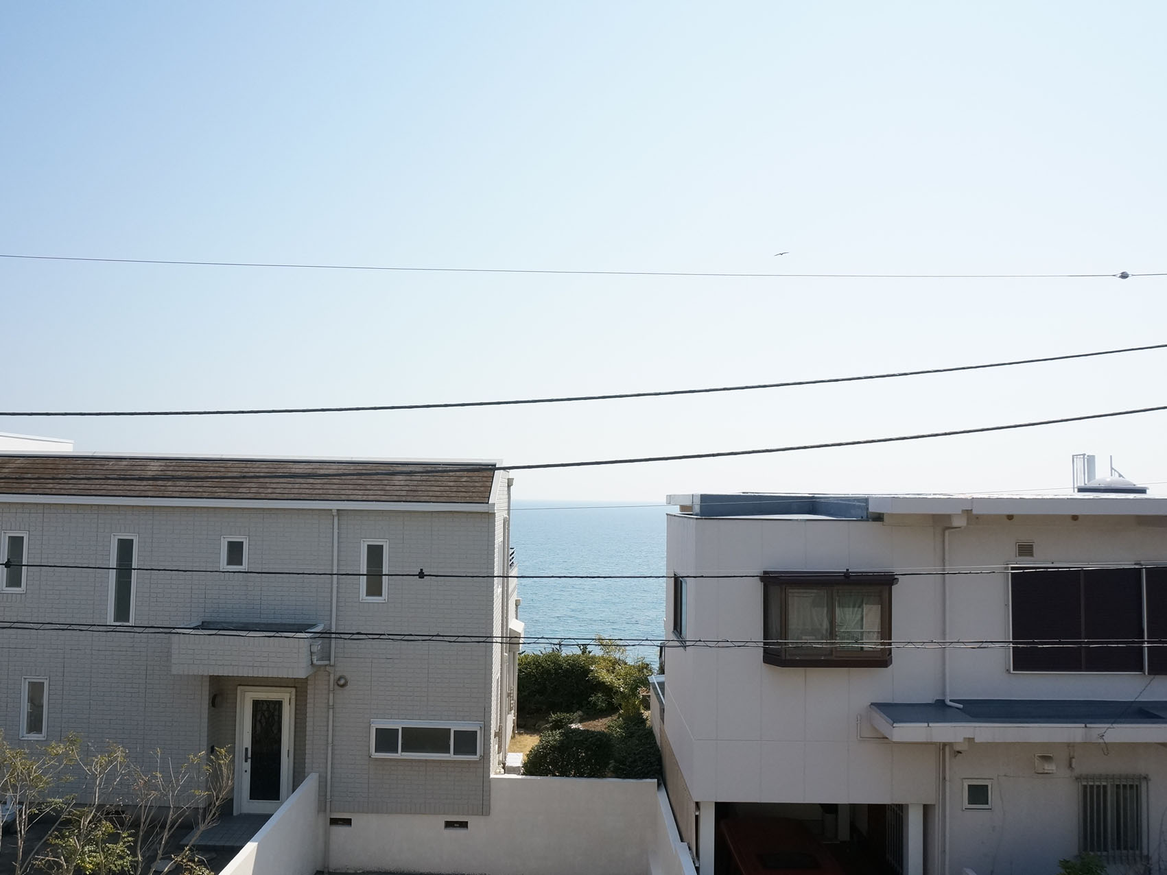 だってバルコニーから海がチラッと見えるんです(102号室)※101号室から海は見えません。その代わり外水栓付きです!