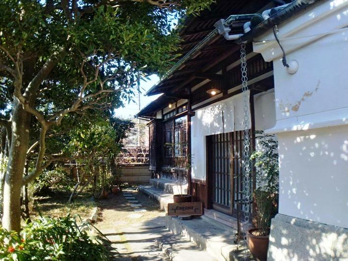 近くにある engawa cafe は人気のカフェ。