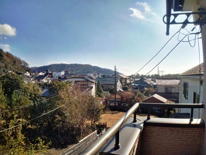 二階東側からの眺望は三ヶ丘らしい。