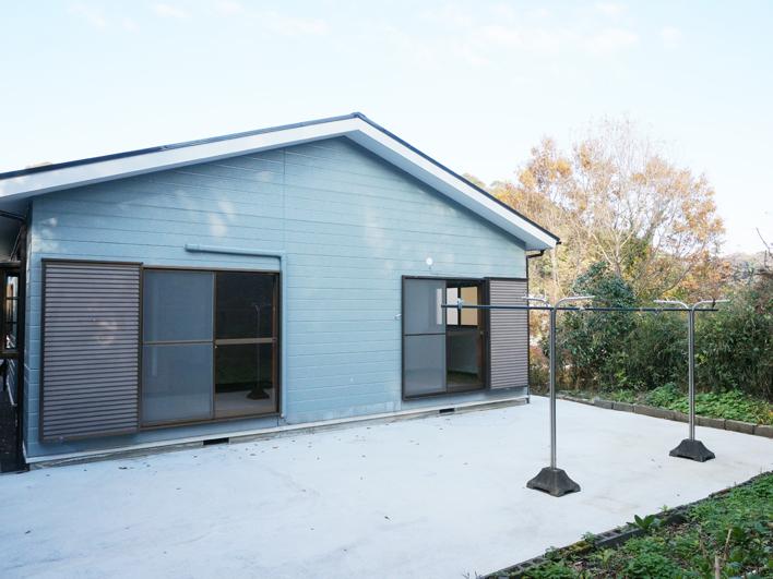 ブルーの可愛い外観のフラットハウス