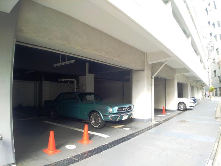 駐車場にはアメ車が・・・これも演出か?と思う。