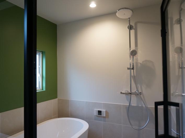 シンプルなバスルーム。映画に出てきそうなシャワーヘッドを採用。