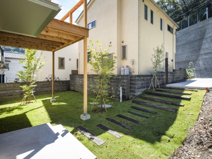 いってきまーす!と家を出て、芝生のお庭と枕木の階段をタッタッタと駆け上がる。カースペースは土間打ちです。