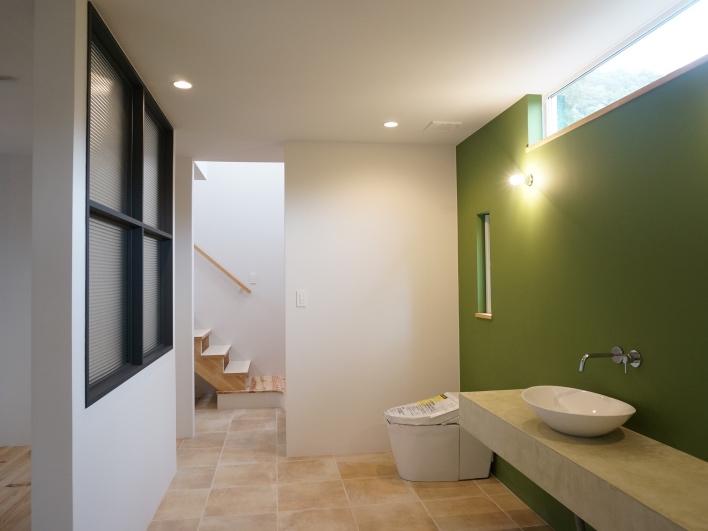 1階のゆったりとした水回りスペース。グリーンの植物をいっぱい飾っても楽しい!
