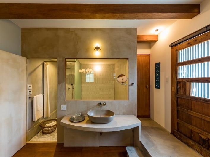 木、石、土などの素材感を大切にした気持ちいい空間です。 全体の施工デザインは葉山の大工集団CALLACさんの施工。