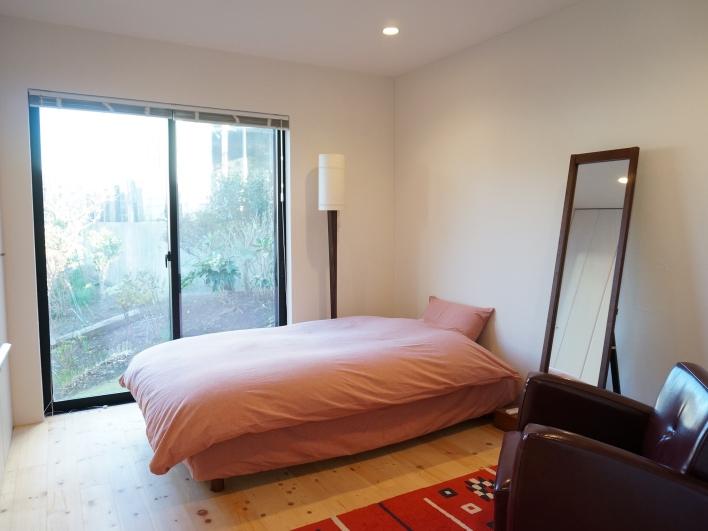 1階の主寝室(ROOM1)。東向きなので、朝日も入って清々しい。床は無垢のパイン材。