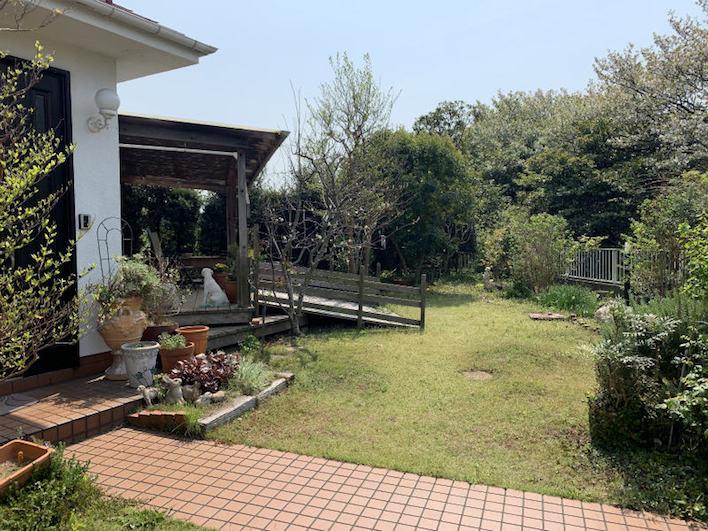 広々とした庭はBBQだって気兼ねなくできます!それこそ5家族くらいだって問題なし!