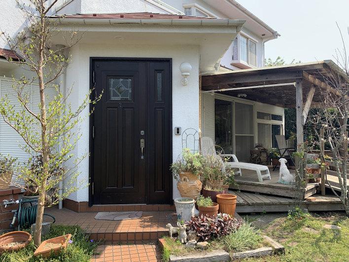 玄関を正面に左右に1世帯づつの2世帯住宅となっています。