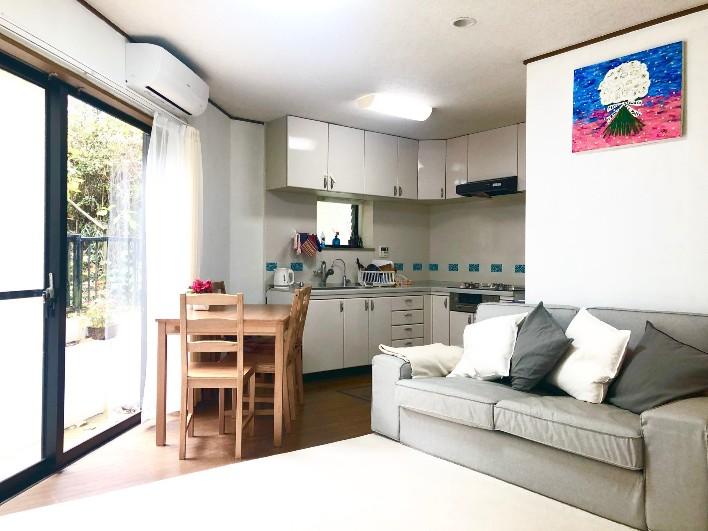 リビングの奥にダイニングテーブルとキッチン。ソファでくつろぎながらTVやNETFLIXが見れる。