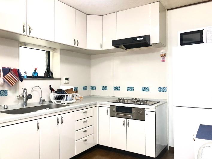 使いやすいキッチン。調理器具やお皿も揃っている。