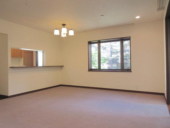 1階キッチンスペース/収納棚も充実しております。