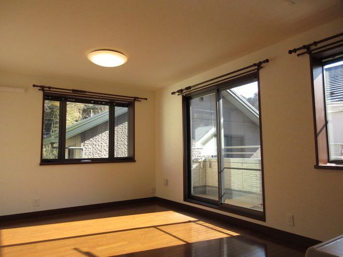 1階リビング/窓がいっぱい。緑を切り取っていて、きれい。