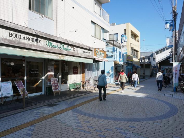 鵠沼海岸駅前の商店街。地元のお店も多く、平日でも盛り上がりを見せる。
