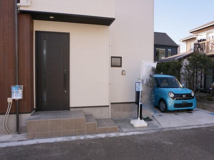 入口横にもう一台分の駐車場もございます。友人が遊びに来ても大丈夫。