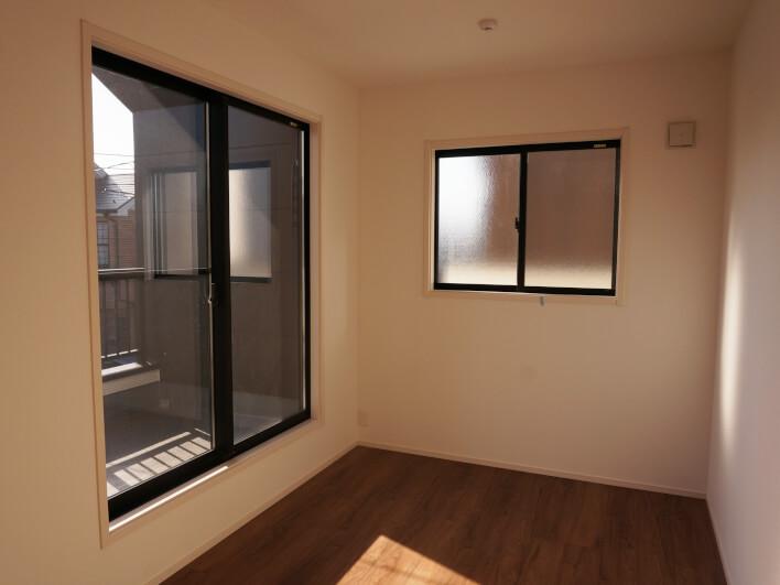 お隣さん側の窓は曇りガラスになっているから安心です。