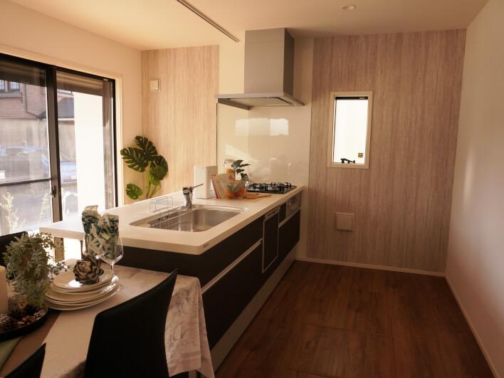 キッチンもこんなに余裕があります。お客さんが出入りしても何のその。
