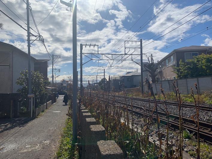 線路脇の道路に面していて駅も見えている。