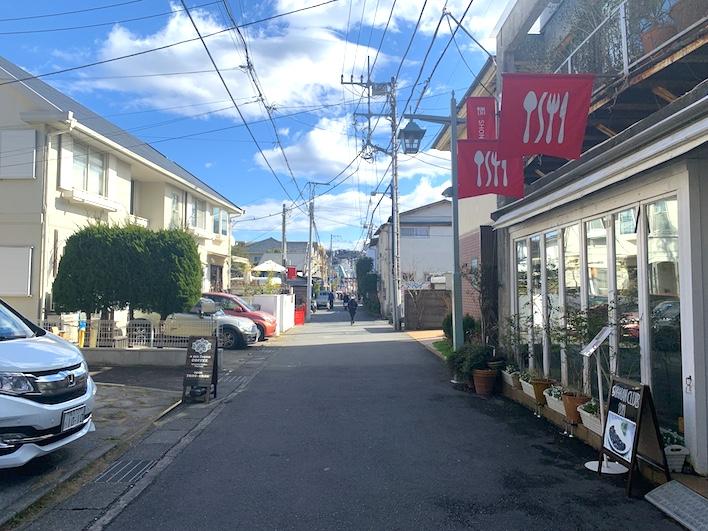 小町通りへの道。多くのお店があります。