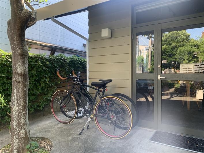 Room.4 ツートンの床が可愛い。エアコンと室内干しロープあります。