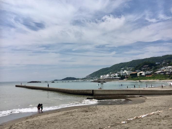久留和海岸まで歩いて10分ちょっと。水着で海行っても全然OKな距離感!