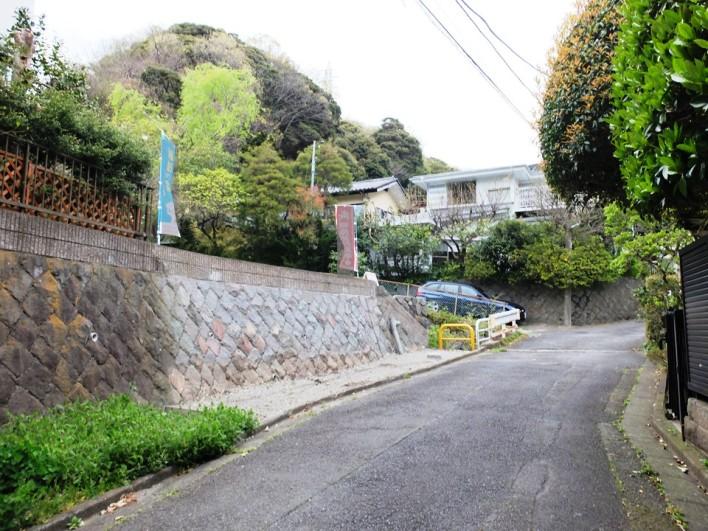 南側が道路で宅地が一段高くなっているため陽当りが抜群です。
