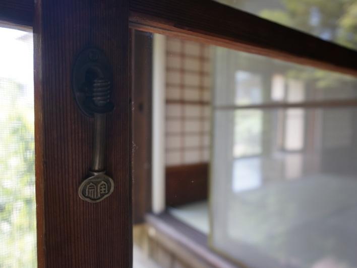 木製サッシの鍵はくるくる式♡