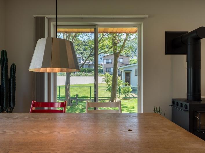 【施工事例】葉山KR邸。ヴィレッジは、窓越しの景色もとっても素敵なんです。