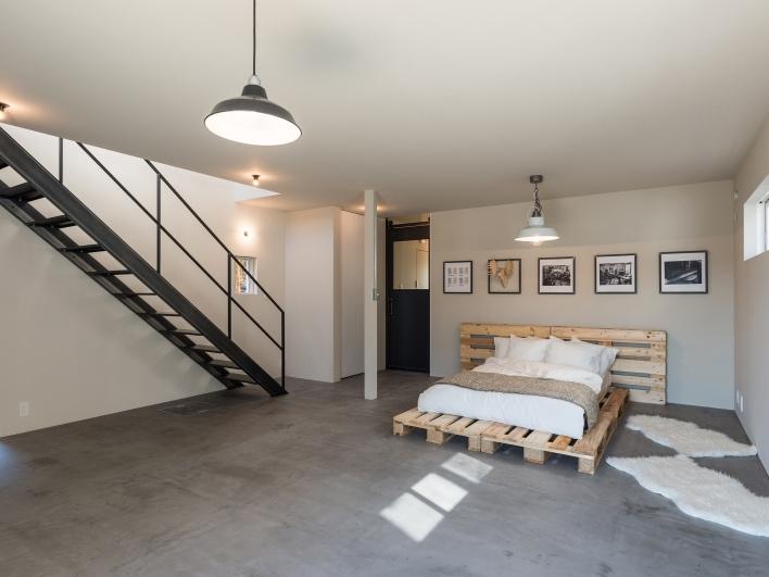 【施工事例】スケルトンハウスは、内装がとことん自由。写真は葉山のT邸。1階の床は、店舗使用の可能性も鑑み、全面をモルタル風の左官材「モールテックス」で土間として仕上げた。