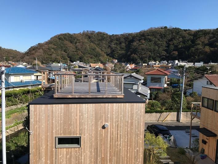 【ヴィレッジ施工事例】由比ガ浜ヴィレッジも、屋上デッキをつけたら鎌倉の山々を望むビューが得られます。