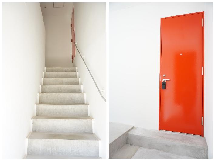 階段上がった先にある赤いドアが玄関。