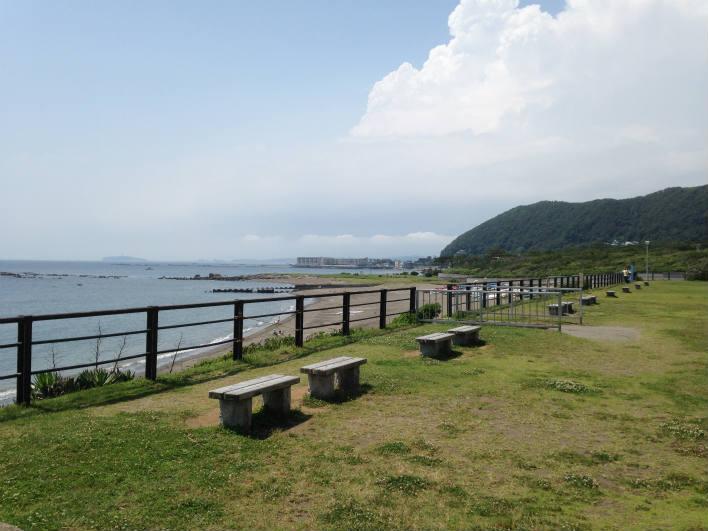 葉山の海。ブランコ、滑り台もある海辺の葉山公園。お子様連れでどうぞ。