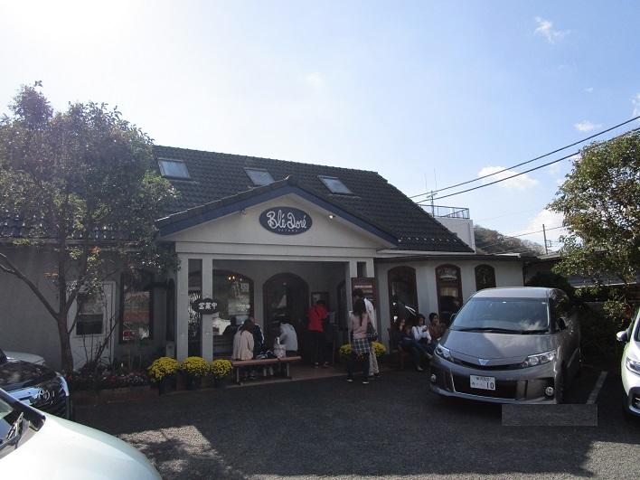 徒歩1分のところに有名ベーカリーのブレドール葉山。開店時には行列が出来ています。