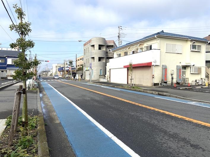 人と車通りが多い「鉄砲通」です。カフェをOPENするには良い場所です。