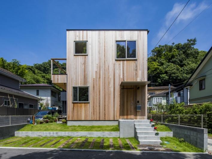 木張りのスケルトンハウスを建てたら、いい意味で目立つと思います。
