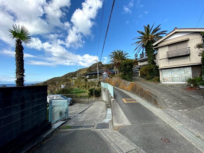左の道へ。そろそろ車が入れなくなります。