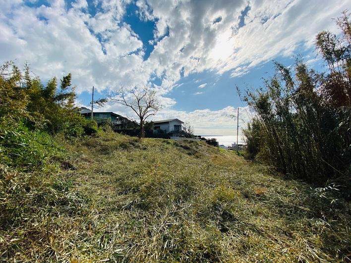 敷地内のはじっこから前面道路方向を撮影。約130坪の土地。広い!